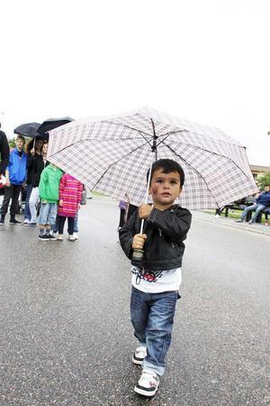 Droppar från skyn. Visst regnade det en del under Vallbydagen, men vad gör det när det finns paraply att hämta hos mamma. Kian Hallström hade det roligt.