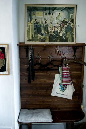 Här hängde eleverna sina kläder. Många gamla skolplanscher fanns kvar i huset när Måna och Mats tog över.