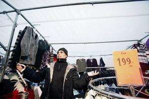 """BÄST LJUS. Klädförsäljaren Hossein Monir hade gärna haft kvar vita skynken över sitt klädstånd när han flyttar tillbaka till nya Stortorget. """"Det ger bäst ljus på kläderna"""", säger han."""