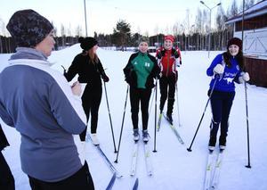 Ingela Donell, idrottslärare, ser till att anteckna alla varv som eleverna åker på skidstadion i Delsbo.