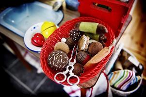 Får det vara en kaka? Lille Isak har ett helt minikök med bland annat tygkakor att leka med. Kakorna har mamma Emma-Clara sytt.