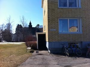 Huset där mordförsöket skedde. Polishuset i bakgrunden.