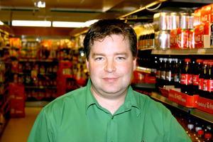 Orättvist? Claes Ericsson, föreståndare på Coop Konsum i Fjugesta tycker inte att hans kunder skall tvingas att handla genom Icas näthandel.