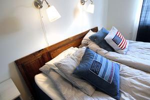 En ladugårdsdörr ska bli sänggavel med lantlig charm.