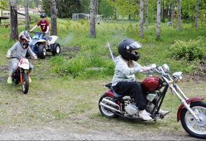 Theo Öjebo på fyrhjuling, Lovisa Mårtensson på minicross och Tilde Öjebo på minimotorcykel hemma hos Theo och Tildes morfar Lennart Sundelins gård tycker att sommarloven i Rossön är toppen. Förutom att köra runt på morfars gård blir det bland annat flera dopp i älven.