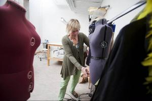 Provdockan är kostymörens bästa vän. Carina Eriksson arbetar i ateljén, där det finns allt som en sömmerska kan drömma om. Alla kostymer sparas sedan och finns i en lagerlokal i Göviken.
