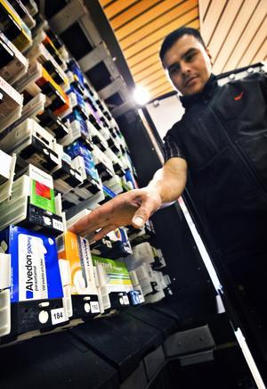 På Ica Skrapan, där Besim Haxholli arbetar, och andra matbutiker säljs sedan några år alvedon och andra läkemedel. Nu kan Läkemedelsverket stoppa försäljningen.