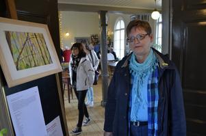 Konstintresserad. Inger Å-Pettersson tycker om att titta på olika stilar och uttryck under Konstrundan.