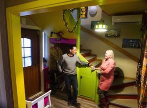 I portalen in från hallen till övriga huset hänger ett påpassligt hjärta, Jorge, Catherine och huset andas kärlek.