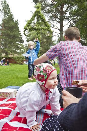Klara Johansson firade sin första midsommar med mamma Elin Pettersson, pappa Willem Johansson och storebror Carl Johansson, på Per Jansgården i Idenor.