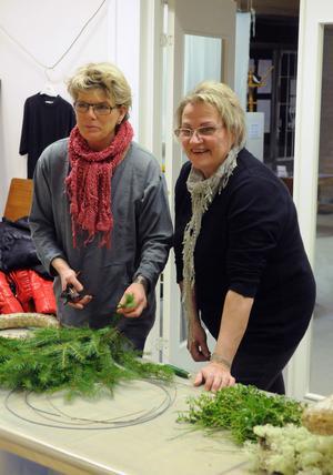 Gunilla Lundberg Jansson och Rigmor Forselius förbereder en ny krans under kurskvällen.