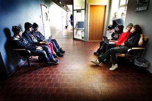 Efter matteprovet sitter ettorna på John Bauer i korridoren och tittar på film på två bärbara datorer. Från vänster Anton Norling, Mattias Ahlén, Joel Halvarsson, Douglas Carlsson, Andreas Bellsjö och Joel Hedman.