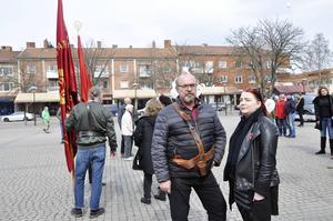 Ungdomstalaren Anna Frestadius och Stefan Hedin, ordförande för Arbetarekommunen i Sandviken, på Jerntorget strax innan marschen startade.