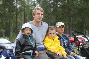 Johan Oremo, befann sig – utrustad med kryckor – på lördagsförmiddagen på Lägervallen i Mohed för att se brodern Emil Oremo spela träningsmatch med sitt Sandviken mot Selånger.