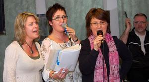 Anna-Lena Larsson, Ulrica Erkers och  Eva Erkers repeterar ett sångnummer. Bakom dem ses Bengt Wallin.