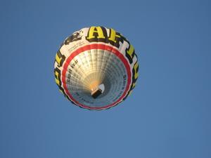 Ballongen passerade med ett väsande ljud, och passagerarna ivrigt vinkande, över Rödinggatan på Hamre när vi hade vår gatufest i juli.