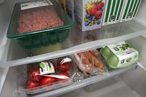 Ett organiserat kylskåp ger bättre överblick och rätt placering håller maten fräsch längre.