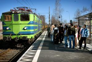 Snart slutåkt från Hällefors? Människor väntar på perrongen i Hällefors på tåget från Kristinehamn. Snart passerar det dock bara godstrafik, som tåget på bilden, förbi Hällefors.
