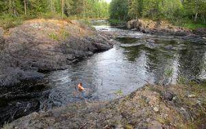 Från fallet kanar badarna ner i den här lagunen nedanför. Foto: Gubb Jan Stigson