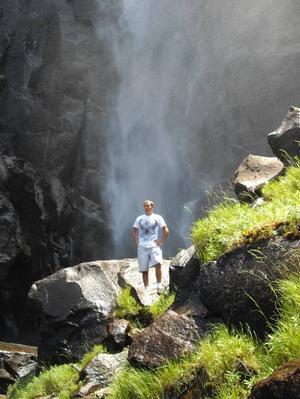 SOM I ETT SPÖREGN. Kim Wahlman trotsade förbudet och klättrade upp i vattenfallet i Yosemiteparken.