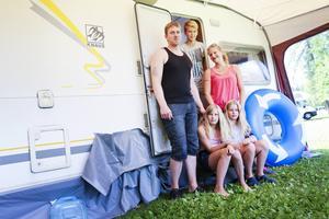 Nils Erling och Linn Hege Steinkjer semestrar med sonen Nikolaj och döttrarna Madelen och Oda Emili i husvagn. En optimal boendeform för familjen under semestern, tycker de.