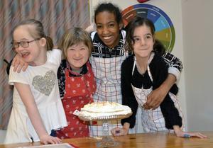 Tilda Ekwall, Emilia Lindahl, Enab Hassan och Christine Nilsson har bakat en tårta i sin videoblogg.