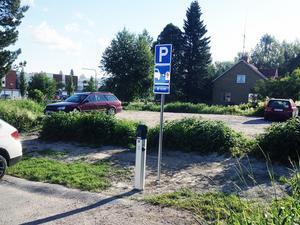 Här på parkeringen mitt emot Edsbyhallen finns den nya laddstolpen. Man behöver bara tänka på att ha en egen sladd med sig för att kunna utnyttja den.