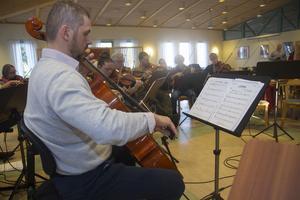 Mateusz Slojewskij från Ljusdalsbygdens Kammarorkester med sin cello.