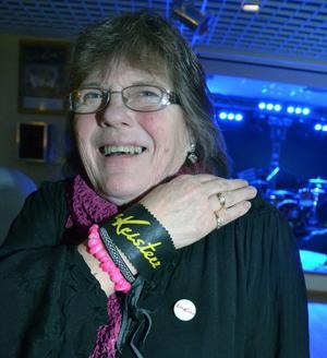 Ingrid Björklund utrustad med knappar och armband fyllda av Larz Kristerz bokstäver har följt gruppen live under dansbandskampen och båtresor med mera. Den här kvällen ville hon inte missa.