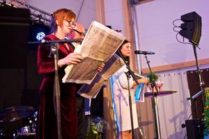 Den lokala ledningsgruppen läste högt från det första numret av Ljusdals-posten. Till vänster i bild ses chefsredaktör Gunilla Kindstrand.