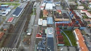 Förslaget från Centrumgruppen: 6000 kvadratmeter nya bostäder (100 lägenheter) med 2000 kvadratmeter ny handelsyta på markplan som ska byggas på och i anslutning till Postplan i Ljusdal. Karta: Adam Nordgen.