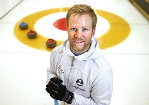 Niklas Edin och hans lag vill med hård träning förändra bilden av curlingen. De gör en jämförelse med golfen, där de bästa spelarna förr i världen inte alltid var i toppskick, men där de fysiska förberedelserna numera är oerhört viktiga.