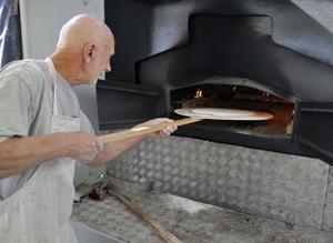 Nils-Tore Isaksson från Klampens bröd bakade, gräddade och sålde tunnbröd.