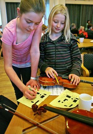 Systrarna Julia och Vilma Hill spelar fiol och melodikryssar. Det är bra att man inte bara behöver lyssna på musik hela tiden, säger Julia.