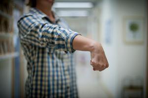 Alternativ övning för att sträcka ut muskeln på ovansidan av underarmen. Knyt handen och böj ner vristen, håll i 30 sekunder.