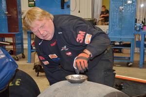 Kent Karlsson kör Kågerds lastbil, både under dragracingsäsongen, och mellan skolorna under hösten.