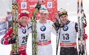 Calle Halfvarsson i mitten som vinnare. Till vänster trean Martin Johnsrud Sundby och till höger tvåan Fredrico Pellegrino från Italien. Foto: Jens Meyer