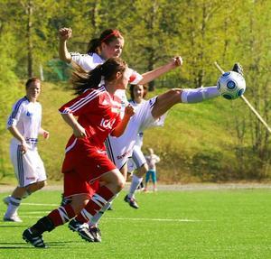 Kapten Maria Hestner med längsta tån. Det var även hon som gjorde Frösöns första mål i 35:e minuten. Foto: Olof Sjödin
