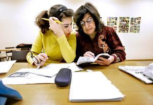 Marua Hatman, till vänster, och Georgete Hardo hjälps åt för att försöka förstå svenska.