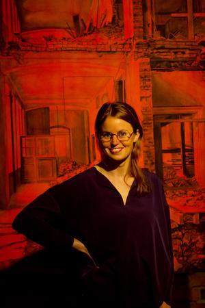 Dalabördiga Kristina Bength framför ett verk i akvarellserien Det ljus som delas, som nu visas på Magasinet i hemstaden Falun.