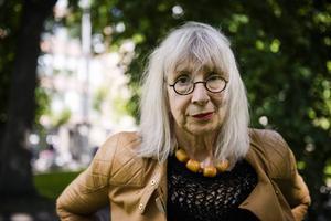 Dramatikern Suzanne Osten sitter i juryn för den rullande utställningen Moving Art Project.