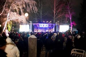 En stor publik hade samlats i Hovparken för att hylla de skidskyttar som hade tagit medaljer när bara en dag återstod av tävlingarna.