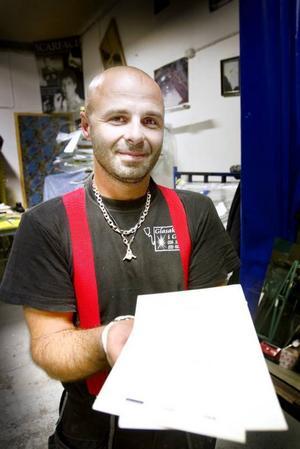 """Ska ta finkläderna. Mehrdad Nesaei, som har företaget Glasakuten i Gävle, har utsetts till nybyggarambassadör. Han visar upp brevet med inbjudan till att få träffa kungen i Stockholm. """"Självklart tar jag finkläderna på mig"""", säger han."""