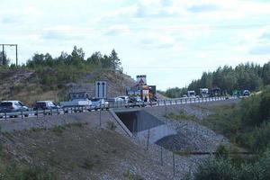 Efter att olyckan inträffat stängdes trafiken på E4 av vid olycksplatsen.