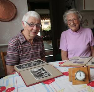 """Ser tillbaka. Iris Bjhur och Alva Mogren var jobbarkompisar vid telestationen i Askersund. Det är nu 50 år sedan stationen blev helautomatiserad och alla fick """"petmoj""""."""