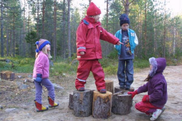 Nike Long i topp på stubbleken. De övriga barnen är Jennie Engberg, Adam Olsson-Sjöstrand och Nathalie Hagman.