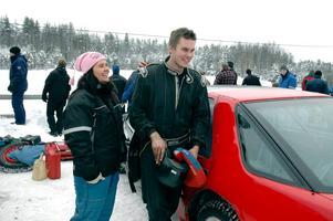 Anna-Lena Sandberg var snabbt framme och gratulerade klubbkompisen Christer Lundh efter hans tredje heatseger vid helgens isracing vid Sångens motorstadion.