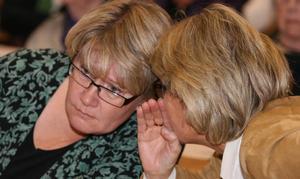 Marianne Larm Svensson och Maria Söderberg konfererar under regiondebatten, som blev intensiv, men där distriktsstyrelsen till sist fick sin vilja igenom. Centern säger ja till fortsatt utredning, men nej till att binda sig för att gå upp i en region med Vsternorrland. Först måste mer fakta fram.