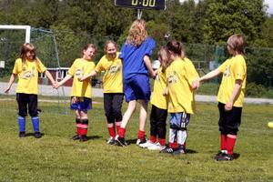 Det finns även tid över för annat än fotboll. Här är det några unga flickor som leker och tycker att det är jätte roligt med fotbollsskola.
