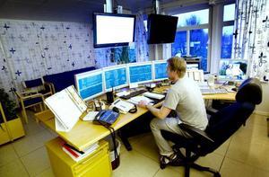LUGNT IGEN. Driftoperatören Magnus Söderlund var en av många som jobbade under fredagens strömavbrott. På lördagen var ordningen återställd i Gävle Energis driftcentral på Näringen i Gävle.